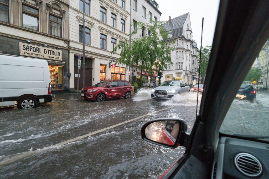 Überschwemmte Straßen in der Kölner Innenstadt