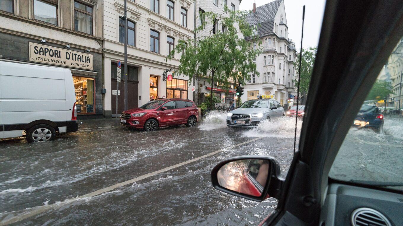 Überspülte Straßen in der Kölner Innenstadt