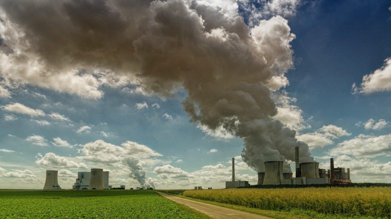 Rauschwaden aus Braunkohlekraftwerk
